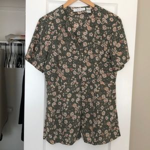 Chaus Size 8 Short Sleeve Floral Blouse